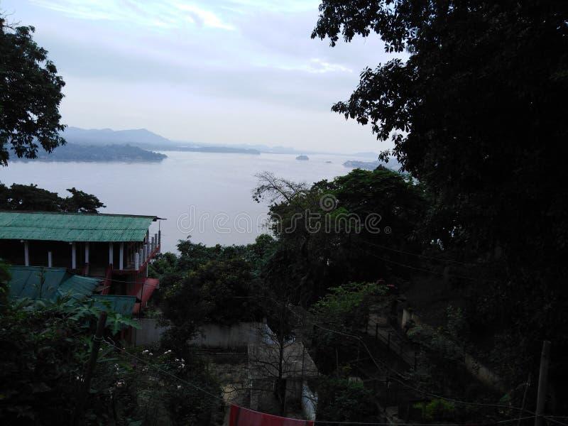 Взгляды реки от горы стоковое фото