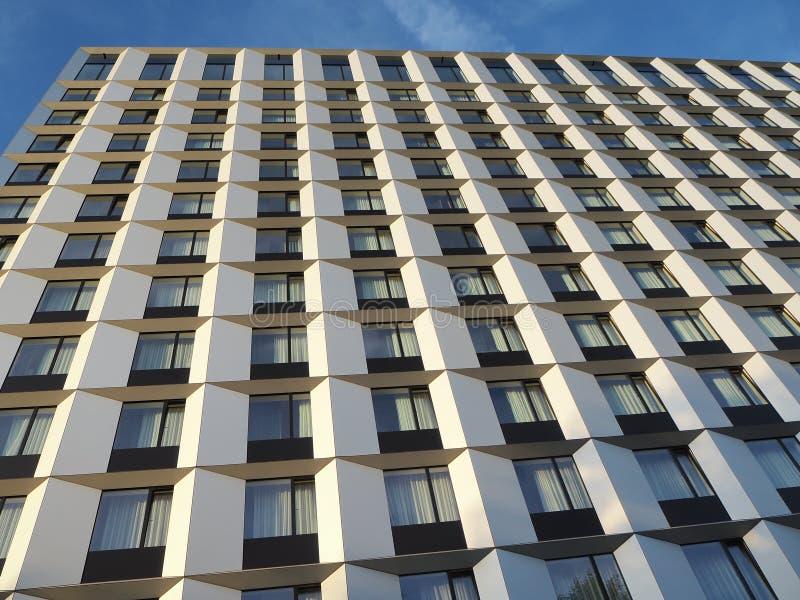 Взгляды фасада современной гостиницы стоковое изображение