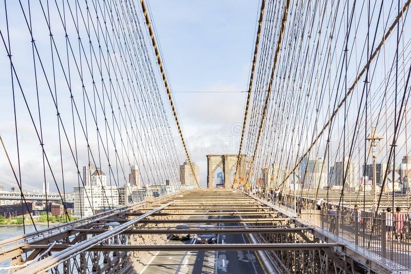 Взгляды части Бруклина между стальными кабелями Бруклинского моста, Нью-Йорка города, Соединенных Штатов стоковые изображения