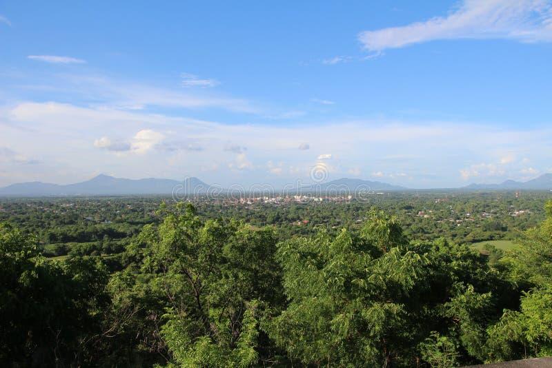 Взгляд ³ n Leà - цепи вулканов на заднем плане на ³ n Leà крепости стоковые фото