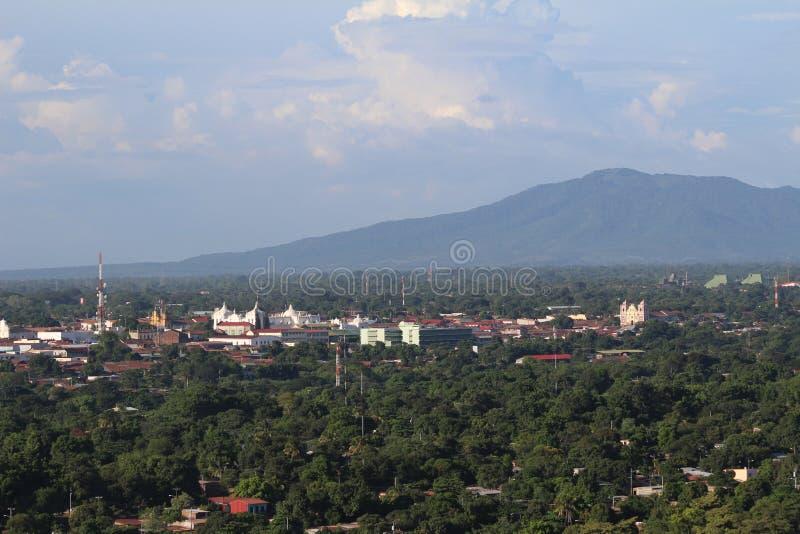 Взгляд ³ n Leà - цепи вулканов на заднем плане на ³ n Leà крепости стоковое фото rf