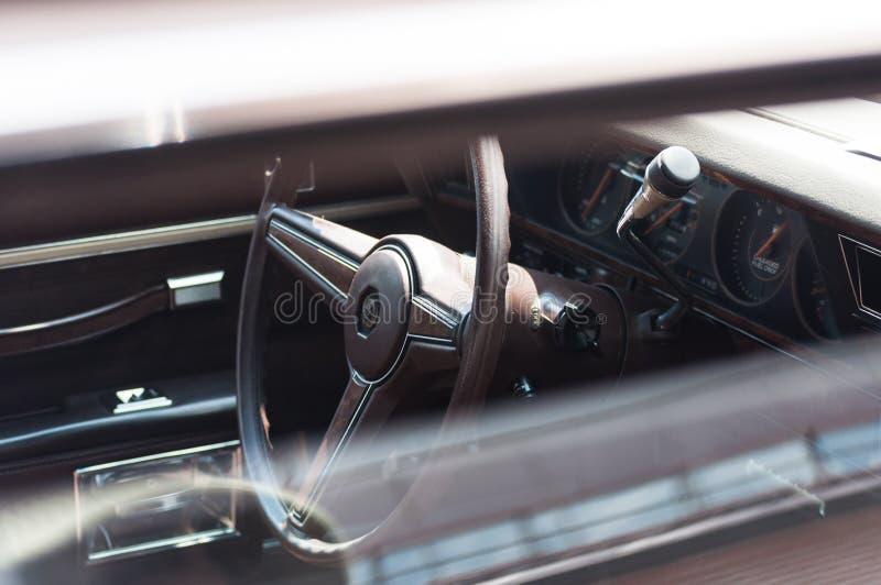 Взгляд автомобиля от снаружи через зазор между пониженным стеклом и крышей стоковое фото rf