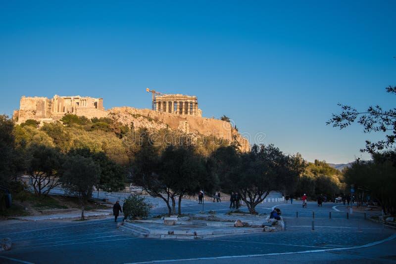 Взгляд акрополя от улицы Dionysiou Aeropagitou в Афинах Греции стоковые фотографии rf