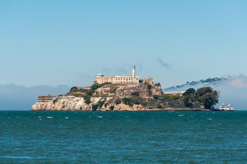 Взгляд Алькатраса вертикальный от пристаней Сан-Франциско стоковые фотографии rf