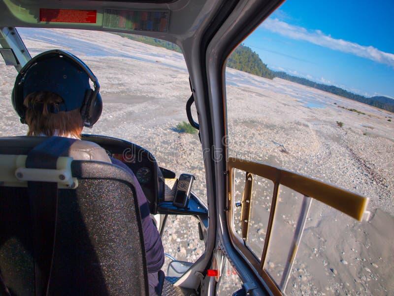 Взгляд арены вертолета над широким руслом реки стоковое изображение rf