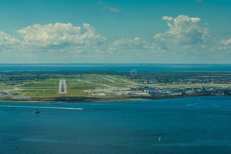 Взгляд арены во время подхода в международный аэропорт Копенгагена, стоковое фото