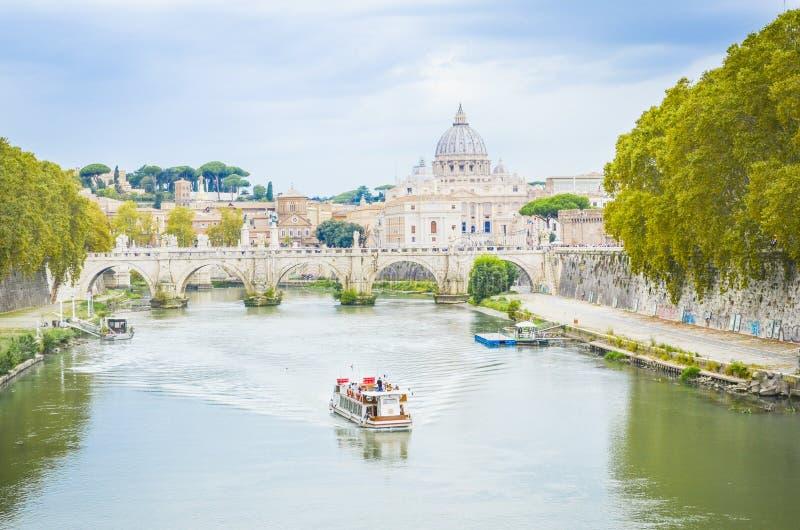Взгляд базилики St Peter в Риме, Италии стоковое изображение rf