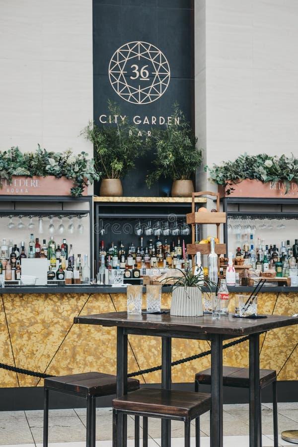 Взгляд бара сада города и кафе внутри неба садовничают, Лондон, Великобритания стоковые фотографии rf