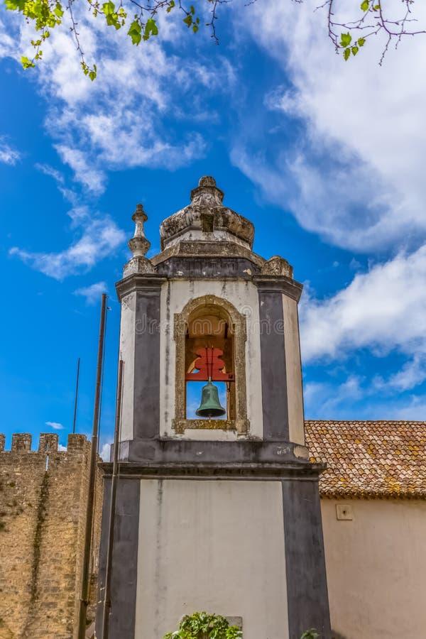 Взгляд башни католической церкви на средневековой деревне внутри крепости и замка Luso римского bidos à « стоковое фото rf