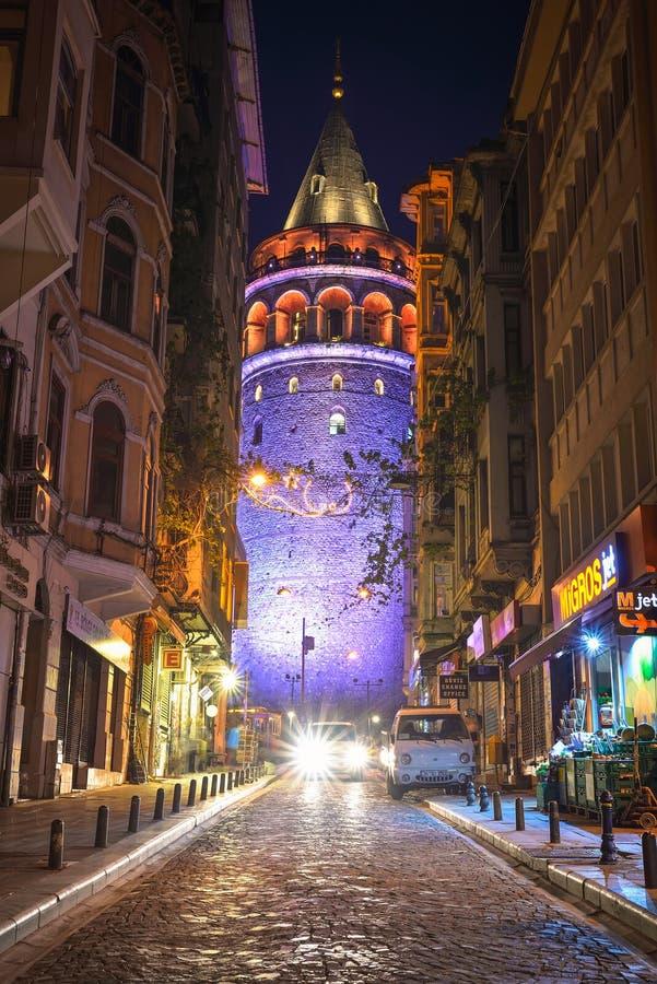 Взгляд башни Galata на ноче стоковое фото rf