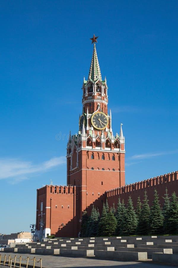 Взгляд башни Spasskaya Москвы Кремля на ясный солнечный день r стоковое фото
