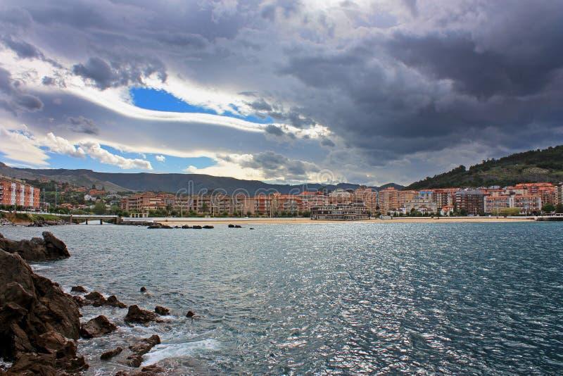 Взгляд берега моря в дождливом дне стоковые фотографии rf