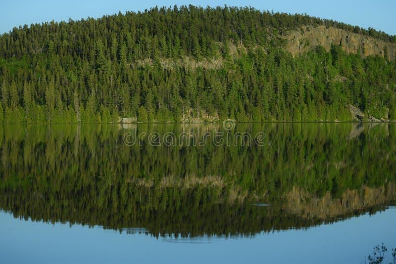 Взгляд берега озера в вечере стоковая фотография