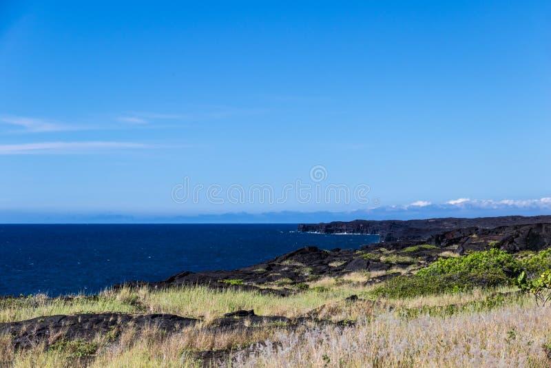 Взгляд береговой линии острова ` s Гаваи большой в национальном парке вулкана Голубое небо & океан в предпосылке стоковые фотографии rf