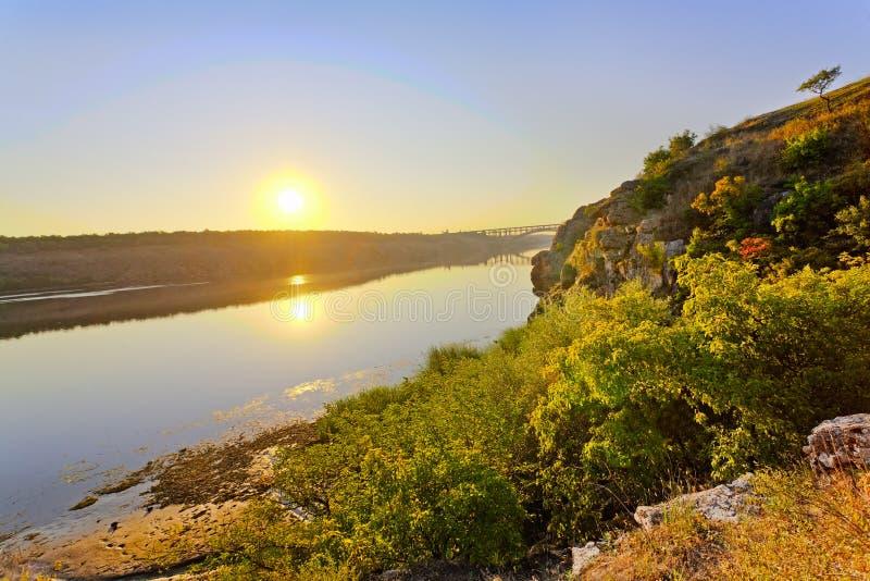 взгляд берег реки сценарный стоковое фото rf
