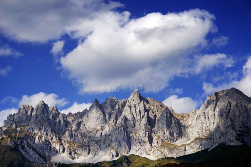 Взгляд более диких гор Kaiser в солнечном дне осени стоковое фото