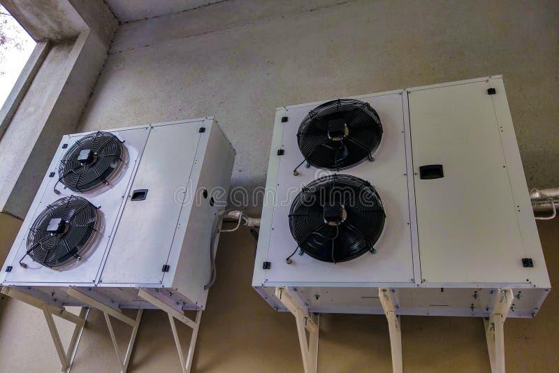 Взгляд больших кондиционеров установленных на стене здания Система кондиционирования воздуха стоковая фотография rf