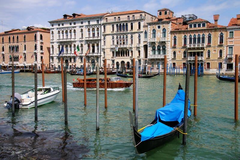 Взгляд большого канала с причаленными шлюпками и домами в Венеции, Италии стоковые изображения rf