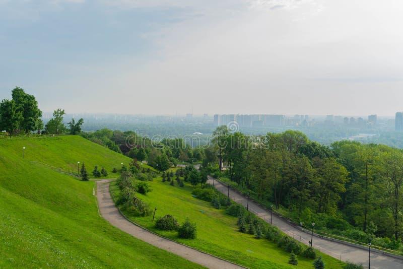 Взгляд большого красивого города в раннем утре kiev r Взгляд города и левого берега от холмов Pechersk стоковое изображение
