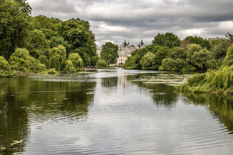 Взгляд Букингемского дворца от парка St James в Лондоне Англии стоковые фото