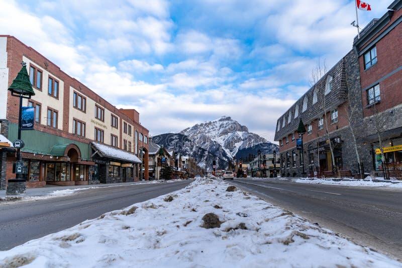 Взгляд бульвара Banff, популярное туристское назначение в канадских скалистых горах, заполненных с стоковые фотографии rf