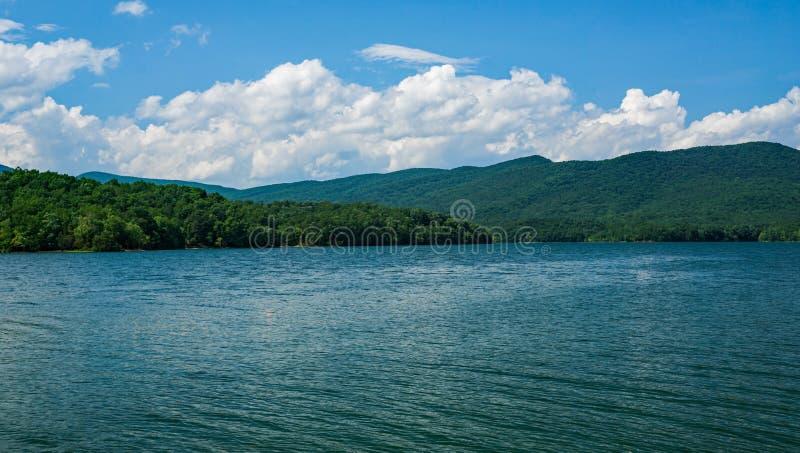 Взгляд бухты Carvins и горы медника расположенных в Botetourt County, Вирджинии, США стоковые фото