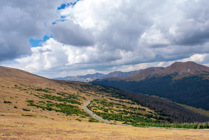 Взгляд вдоль дороги гребня следа в Колорадо стоковое фото rf