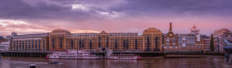 Взгляд вдоль реки Темза стоковые фотографии rf