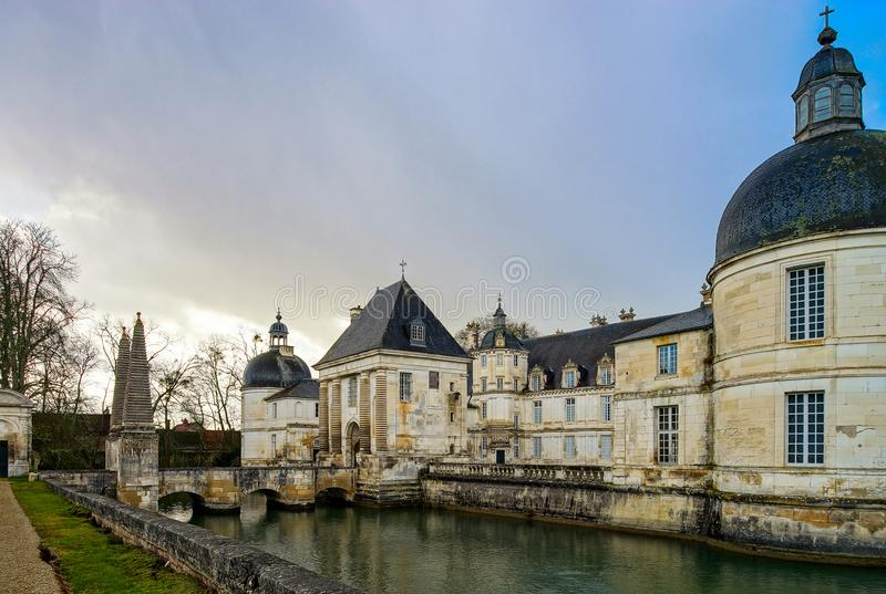 Взгляд величественного французского замка в Tanlay, бургундский, Франция стоковое изображение rf