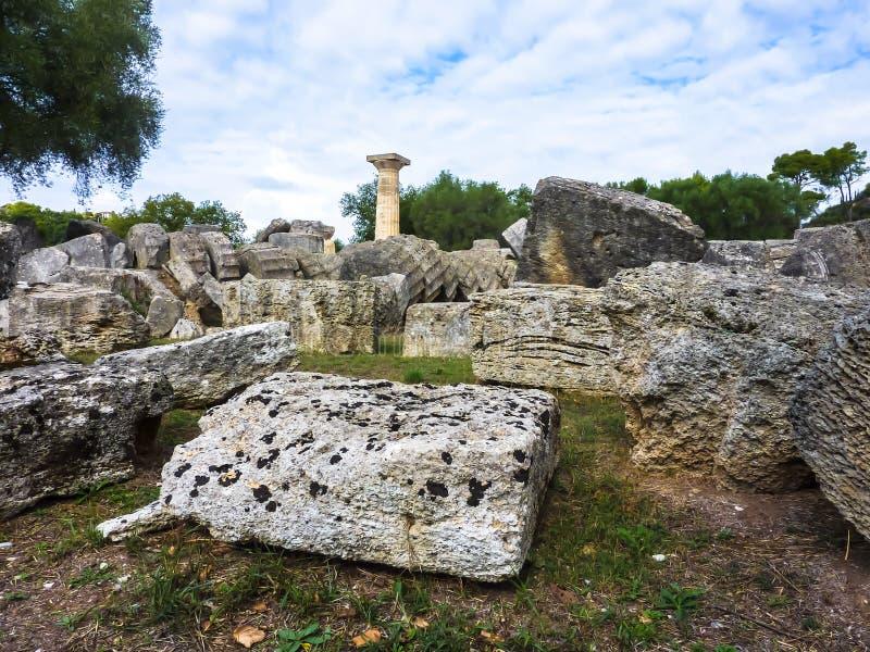 Взгляд величественных руин виска Зевса, старой Олимпии, Peloponnesus, Греции стоковая фотография