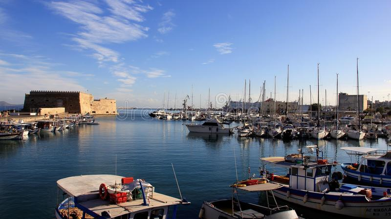 Взгляд венецианской гавани с замком и морем стоковая фотография