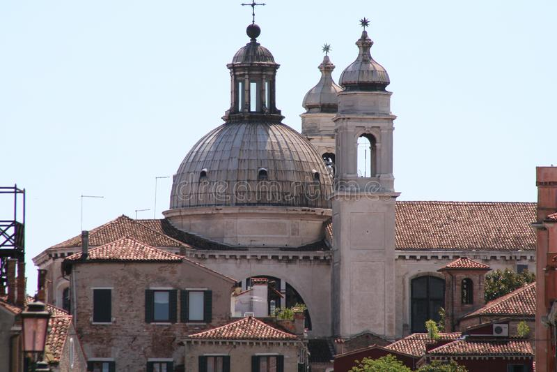 Взгляд Венеции, церков и крыши стоковые фотографии rf