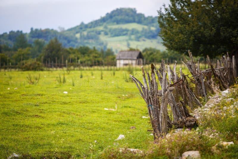 Взгляд верхней части горы от места для лагеря с интерьером лагеря горы: красочная деревянная загородка стоковые фотографии rf