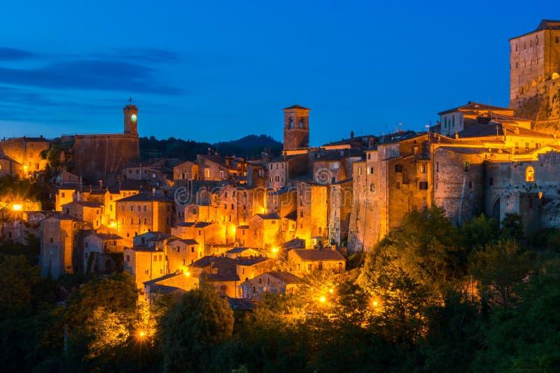 Взгляд вечера Sorano, Тосканы, Италии стоковые изображения