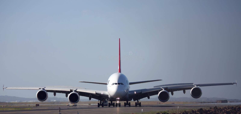 взгляд взлётно-посадочная дорожки a380 airbus передний стоковая фотография rf
