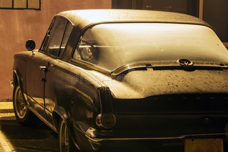 Взгляд винтажного классического фургона автомобиля в улице стоковое фото