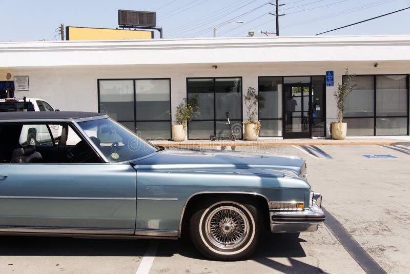 Взгляд винтажного классического фургона автомобиля в улице стоковая фотография