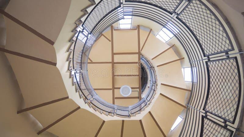 Взгляд внешней стороны винтовой лестницы европа стоковая фотография
