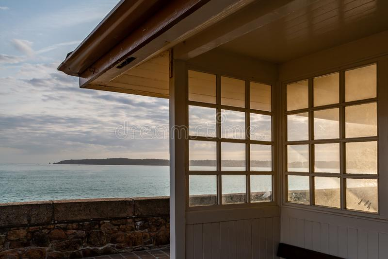 Взгляд вне к морю, на острове Джерси стоковая фотография rf