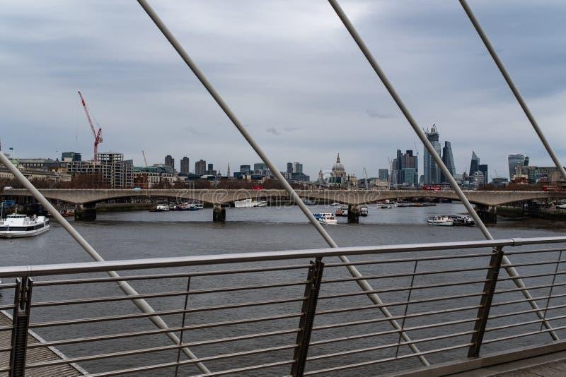Взгляд вниз с реки Темза от золотого моста юбилея, смотрящ St Paul и гориз стоковое фото rf