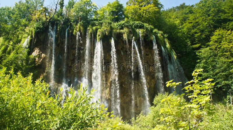 Взгляд водопада и утеса, красивого ландшафта природы, озер Plitvice в Хорватии, национальном парке, солнечном дне с голубым небом стоковые фото