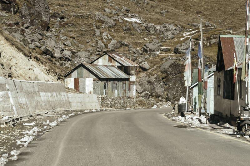 Взгляд военного лагеря на стороне дороги шоссе к пропуску Nathula границы Индии Китая около перевала Ла Nathu в Гималаях стоковая фотография rf
