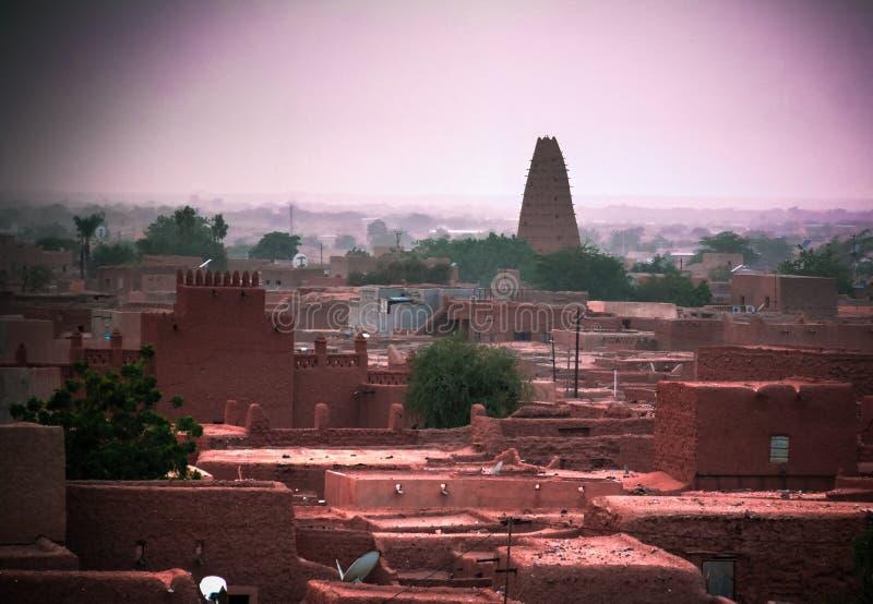 Взгляд воздушного захода солнца панорамный к городу Agadez старому, воздуху, Нигеру стоковое фото rf