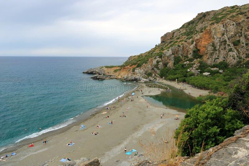 Взгляд вокруг реки и леса ладони на Preveli, южном Крите, Греции стоковые фото