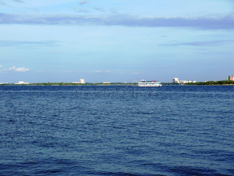 Взгляд Волга от города Саратова стоковое фото