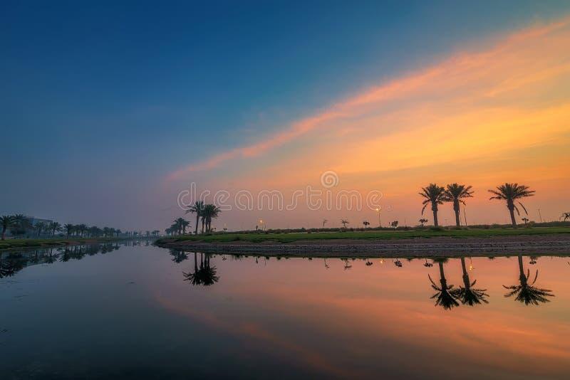 Взгляд восхода солнца драмы утра в озере Dammam Саудовской Аравии Modon стоковые фото