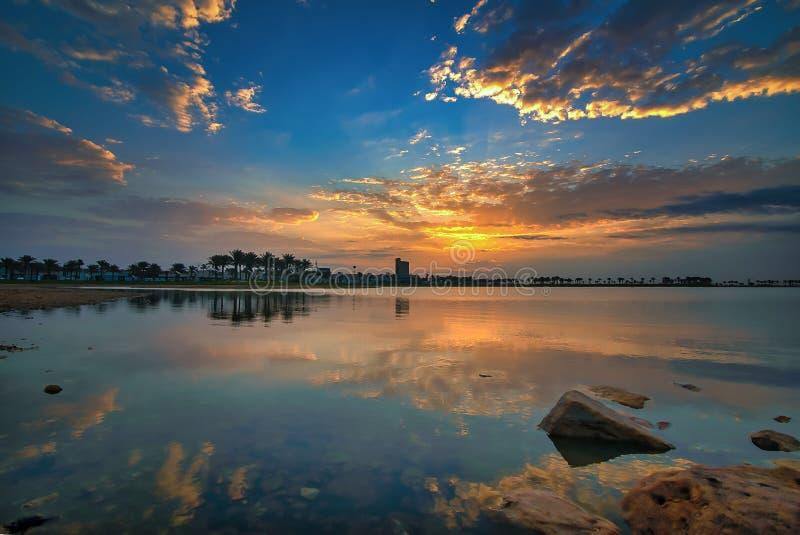 Взгляд восхода солнца драмы утра в озере Dammam Саудовской Аравии Modon стоковые изображения rf
