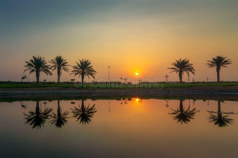 Взгляд восхода солнца драмы утра в озере Dammam Саудовской Аравии Modon стоковое изображение