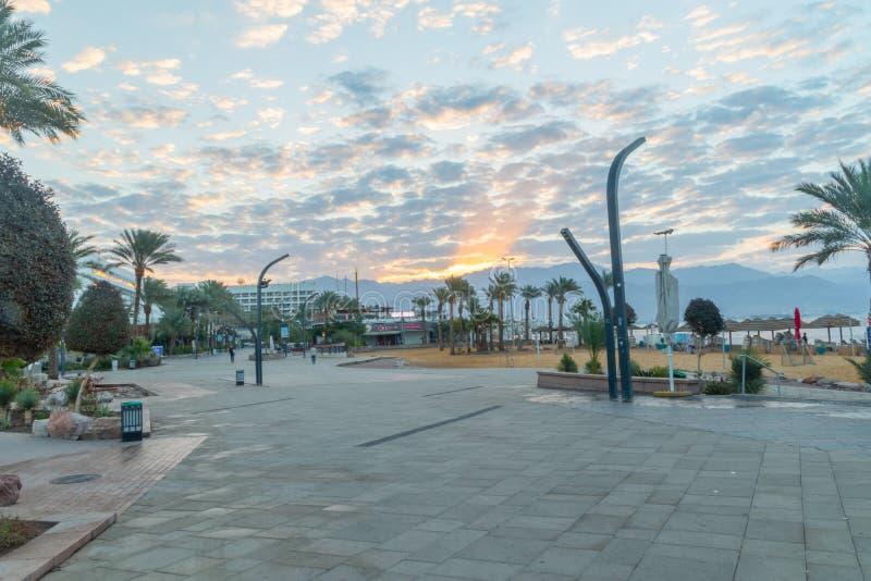 Взгляд восхода солнца на центральном пляже в городке Eilat Eilat известный город курорта и воссоздания на Красном Море стоковые изображения