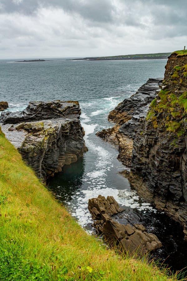 Взгляд входа воды на скалистой скале в прибрежном маршруте прогулки от Doolin к скалам Moher стоковая фотография rf